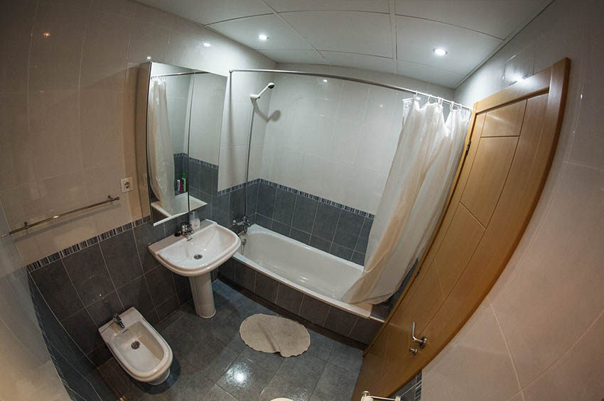 bathroom in the apartment in Málaga provided by eCenter